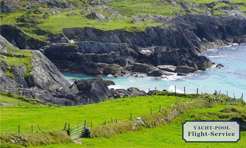 Irland, Insel, felsige steile Küste, saftige grüne Weiden und Wiesen, Brandung, Meer