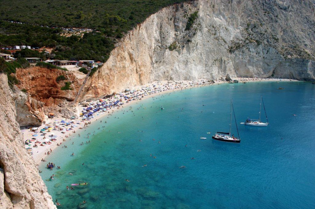 Preveza und Lefkas in Griechenlans. Blaues Wasser, Segelboote, Badebucht, schwimmen, baden, Sonne, schönes Wetter, Wald, steile Klippen