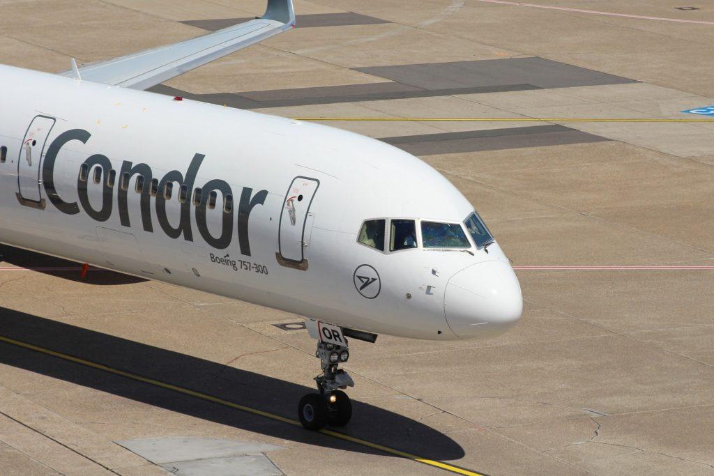 Flugzeug der Airline Condor auf dem Rollfeld am Boden.