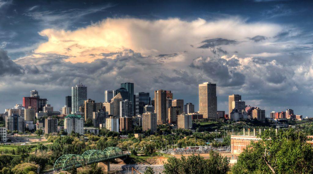 Edmonton, Skyline und Wolkenkratzer, Großstadt, Kanada, Im Hintergrund bewölkter Himmer