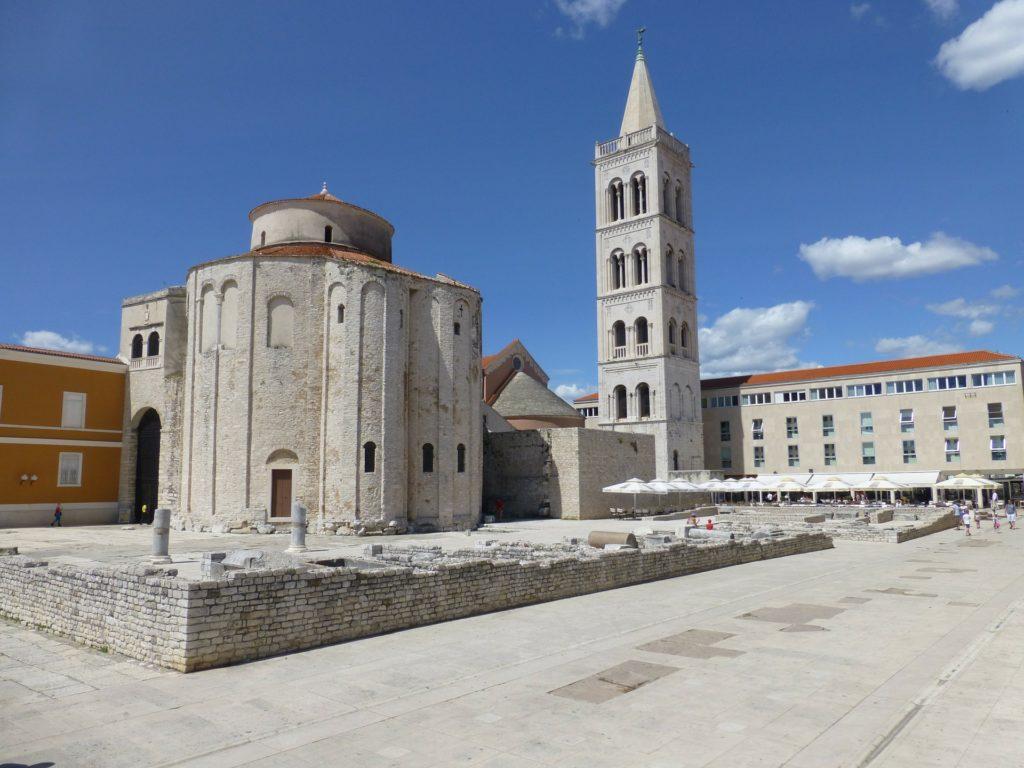 Zadar in Kroatien. Mittelmeer. Alte Kirche, Kathedrale, Sommerwetter, blauer Himmel
