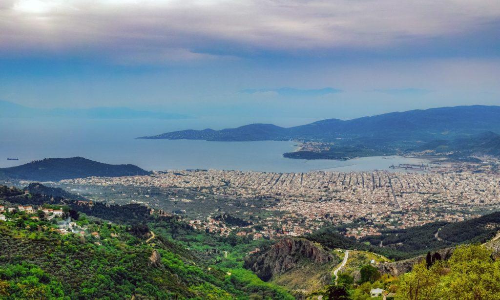 Blick über die Stadt Volos und die Bucht von Volos in Griechenland. Mittelmeer. Von einem Berg in Richtung Meer aufgenommen
