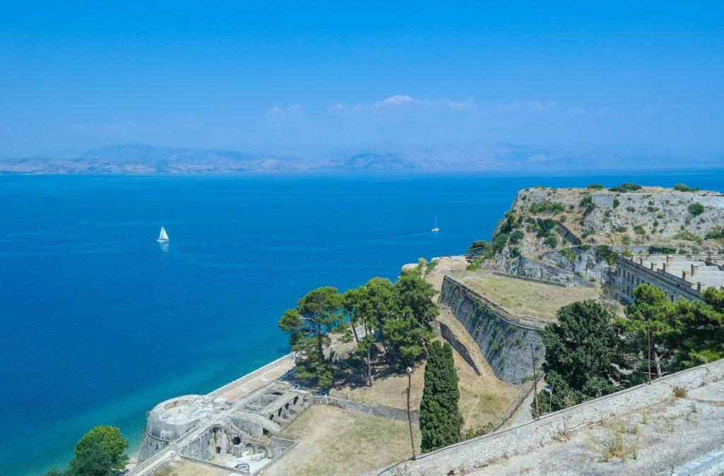 Blick aufs Meer von der Insel Korfu. Blaues Meer, Blick von einer Anhöhe und einer alten Festung auf der Insel auf das Meer.