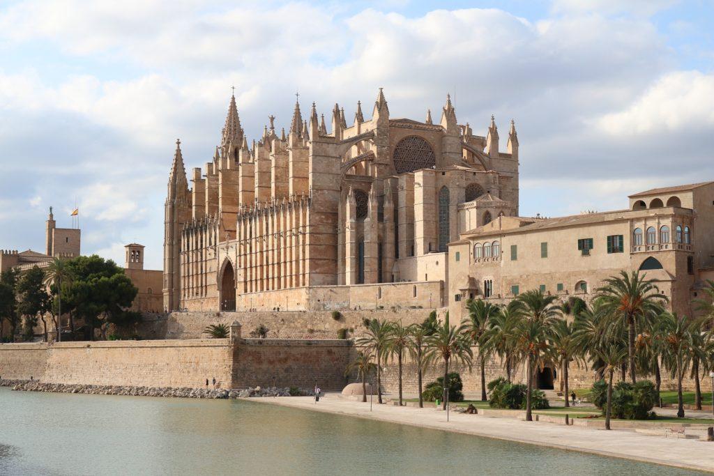 Die Kathetrale von Palma de Mallorca. Kirche direkt am Hofen.