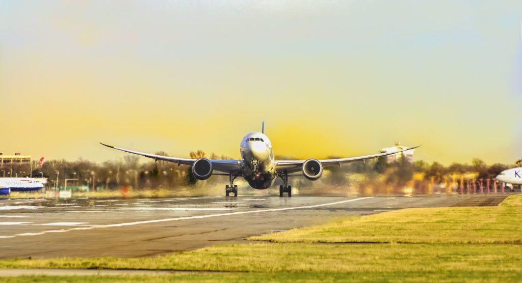 Passagierflugzeug beim Start am Flughafen. Hebt in diesem Augenblick ab. Bei sonnigem Wetter