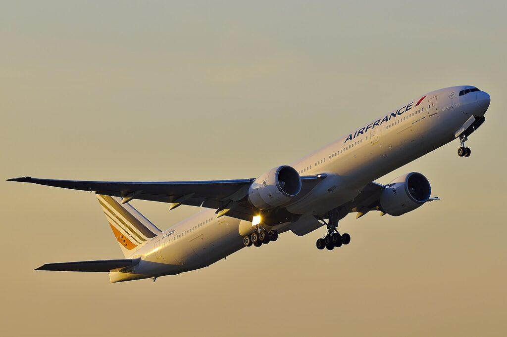 Flugzeug von Air France beim Starten in den Abendhimmel. Zwei Triebwerke