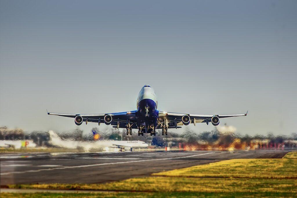 Flugzeug Jumbo Jet abeim Start. hebt von der Startbahn am Flughafen ab.
