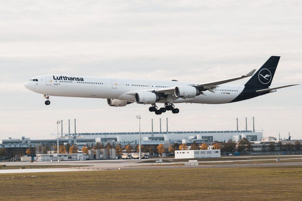 Lufthansa Flugzeug im Landeanflug. Vier Triebwerke, im neuen blauen Design.