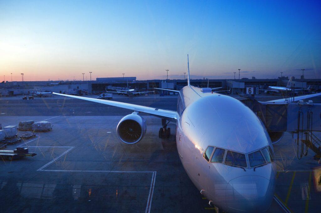 Flugzeug bei Sonnenaufgang am Flughafen auf dem Boden.
