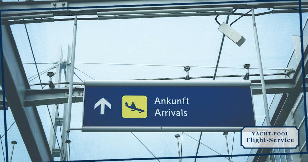 Ankunfts-Schild im Flughafen Terminal mit Piktogramm von einem landenden Flugzeug